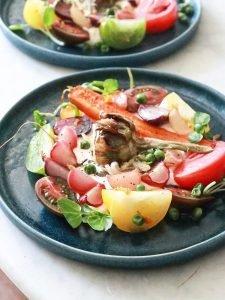 Ensalada fresca con verduras saludables en platos en la mesa